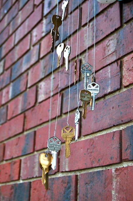 the keys chime in - PICTURE ONLY-- for the great idea.... no directions, it only leads to someone's blog. But this is a great idea for all those old keys we never know what to do with.... LOVE IT!
