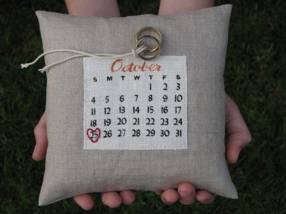 un calendario personalizado cojín... elige tu fecha por GiggleRoom