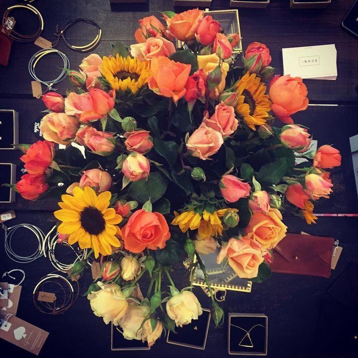 Sonntag Chill Mood & Danke für die Blumen   . . . #flower #power #designbüro #breitestrasse #loveyourlocal #bonn #altstadtbonn #typo #design #illustration #blumendealer @maikehoffmann_
