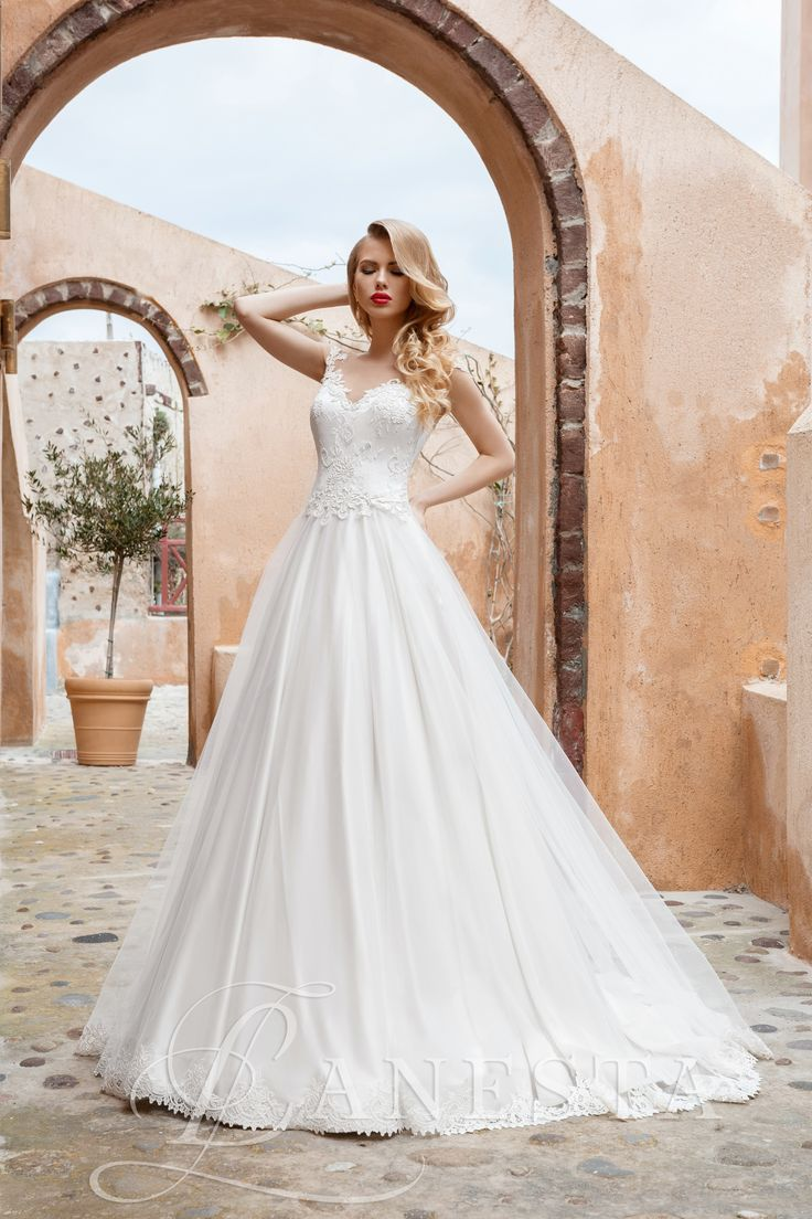 Dol'che vita Rendelhető, Kölcsönzési díja: 165.000,- Ft  A vonalú tüllös esküvői ruha.