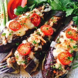 茄子の肉味噌詰め「坊さんの気絶」風 by Misuzuさん | レシピブログ - 料理ブログのレシピ満載! 流行りのトルコ料理「坊さんの気絶」の肉味噌バージョン。  焼き茄子にたっぷりの肉味噌を詰めチーズをのせてトースターで焼きいた茄子ピザ風です。