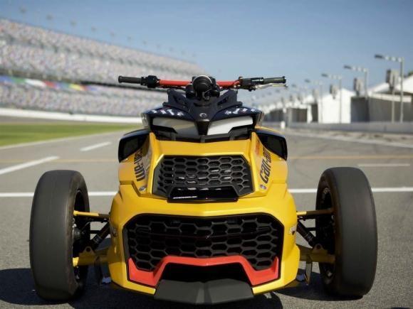 híbrido de carro e moto Can-Am Spyder, em suas várias versões, é um dos veículos mais populares da marca. A BRP sabe disso e, assim, explora novas formas para promover a proposta do modelo. Agora a empresa fará isso por meio do protótipo Can-Am Spyder F3 Turbo Concept que, como você deve imaginar, com a introdução do turbo como sua principal novidade.