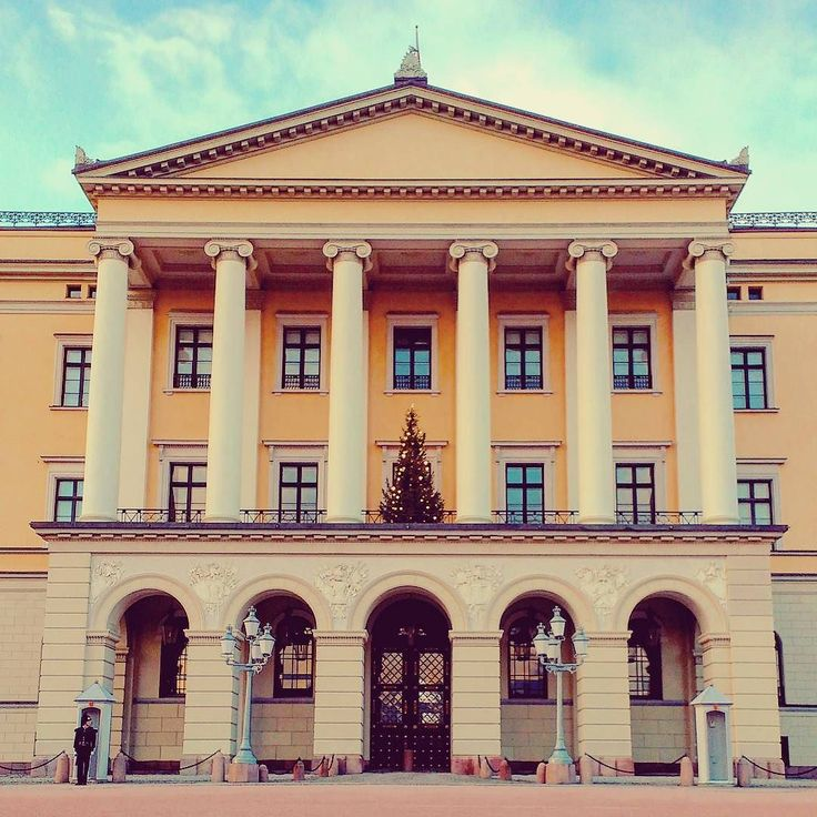 God jul! #norway #oslo #slottet #palace #castle #hakan #mettemarit #royality #royalpalace #tree #christmas #christmastree #soldier #travel #travelgram #travelmemories #weihnachten #weihnachtsbaum #norwegen #palast #königsfamilie #reisen #godjul