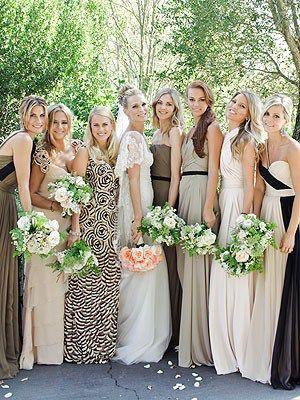 Helt vild med disse brudepigekjoler, forskellig stil og farvesammensætning med udgangspunkt i 4 fælles farver. Modigt og smukt. Bridesmaid dresses in different personal styles