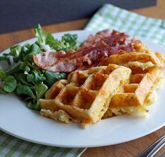 Potato Waffles - Kartoffelwaffeln mit reichlich Käse und Sahne im Teig, außerdem Zwiebel und Speck - http://www.usa-kulinarisch.de/rezept/bacon-and-cheese-potato-waffles-kaese-speck-waffeln-aus-kartoffelteig/