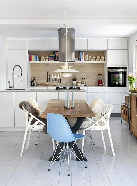 Ou un parquet blanc pour de la luminosité avec table en bois brut et chaises dépareillées