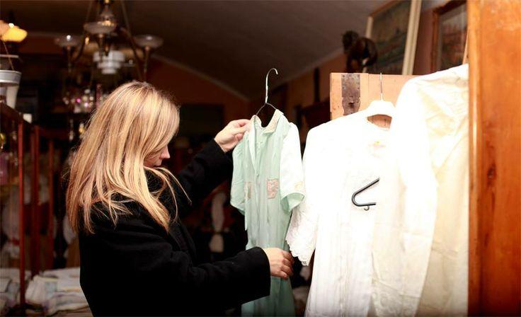 Monika Drápalová vyberá materiál pro svou kolekci v Alma Antik