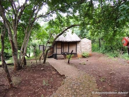 The outdoor shower at Thalu Bush Lodge is 30m from the chalet with no door. There is a porcelain basin. Shower under the stars in a romantic double shower with stone walls.