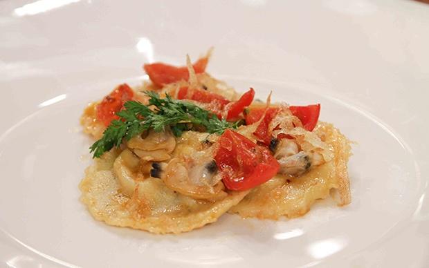 Ravioli di rana pescatrice e mascarpone con vongole e patate croccanti, di Marika