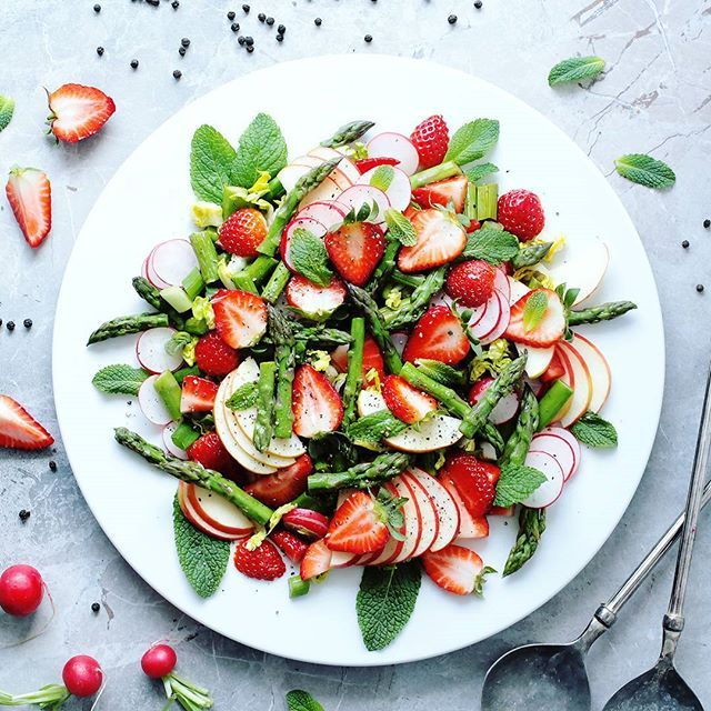 Sunday's beauty Asparagus and strawberry salad with radishes, apple, spring onion and mint What are you having for lunch today?