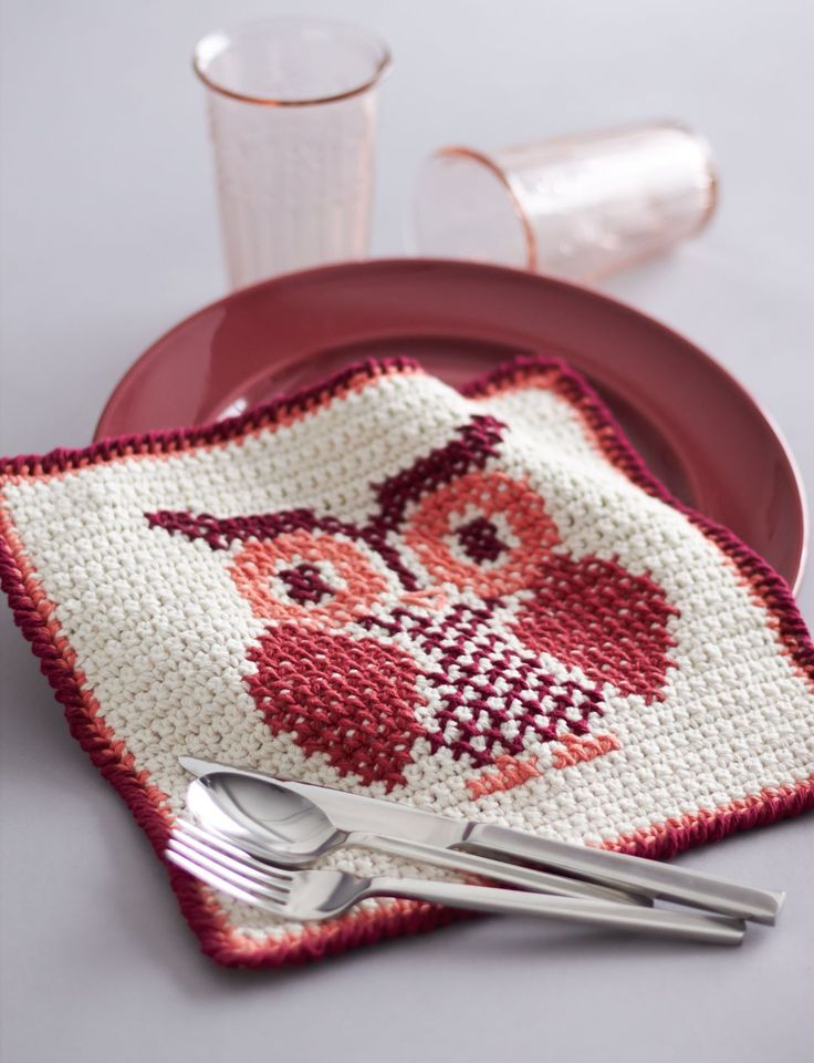 With cross stitch construction and a whimsical owl pattern, this cute dishcloth is the perfect gift for your favorite hostess: free pattern