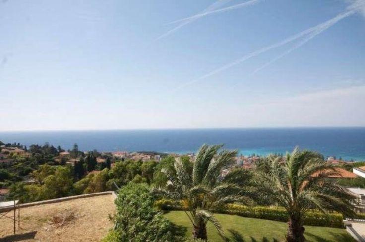 Villa in Vendita a Bordighera con piscina e stupenda vista mare e costa azzurra.
