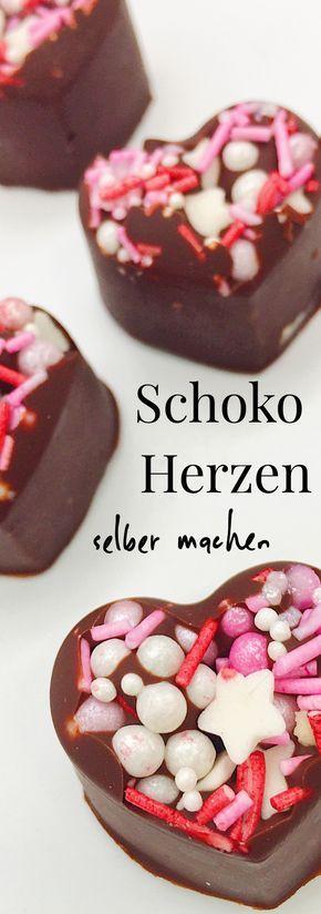 Ihr Lieben - heute gibt es mal wieder süße DIY Geschenkideen für Euch. Ich zwar zeige Euch in diesem Blog Beitrag, wie Ihr Euch Süßigkeiten selber machen könnt. Genauer gesagt Schokolade in Herzform mit süßen Verzierungen. Die ideale Idee zum Verschenken... #diygeschenke #diygeschenkideen #diyideen