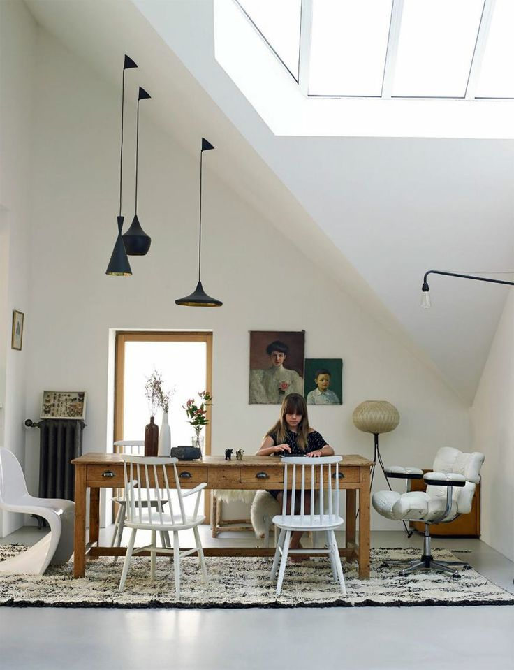 Love the high ceiling <3 and the natural light used to light up the room combined wth the glassdoor on the left.