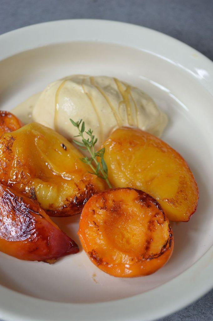 Nectarines et abricots au miel de thym à la Plancha et glace à la vanaille @Mignardises and Co