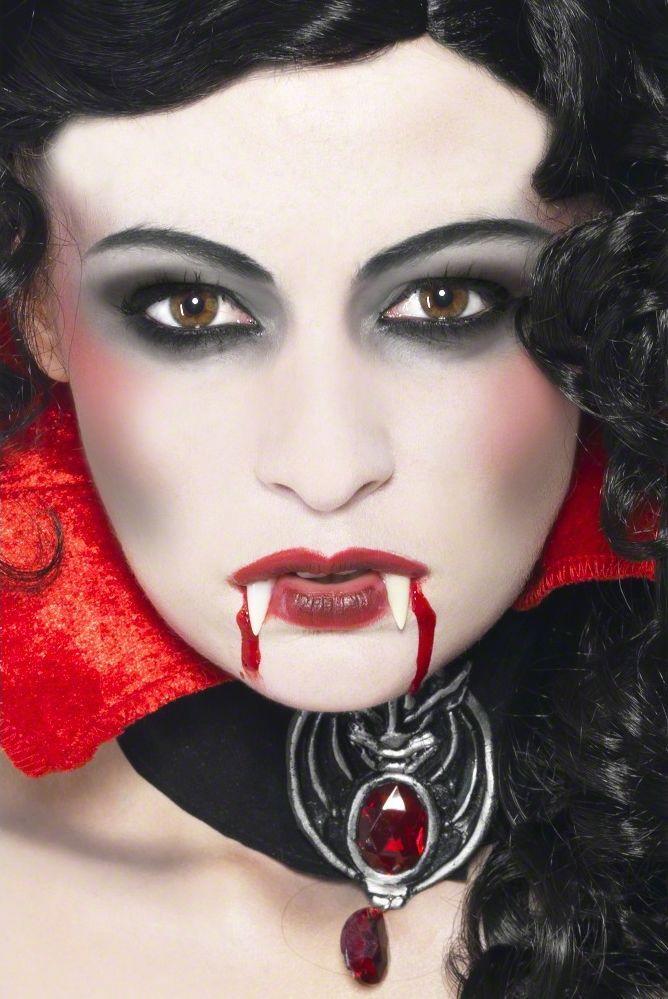 Maquillaje de vampiro para adulto: Este kit de maquillaje y dentadura para adulto, ideal para Halloween, incluye los colmillos, una esponja y un tubo de sangre. El conjunto es completo y fácil de usar. Gracias a este kit,...
