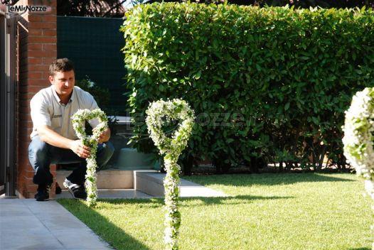 http://www.lemienozze.it/gallerie/foto-fiori-e-allestimenti-matrimonio/img26336.html Particolari decorazioni con fiori per il matrimonio e foglie intrecciati in una forma di cuore