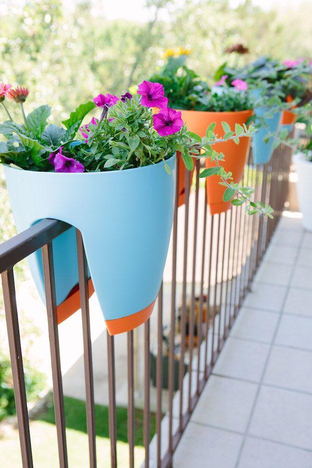 O compra macetas de barandal. | 19 Maneras ingeniosas de convertir tu diminuto balcón en un rincón de relajación