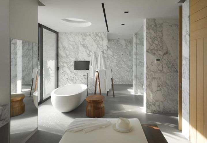 Rivestimenti in marmo, pavimento in micro cemento e una vasca freestanding per il relax. Una delle stanze da bagno di Vallarta House, una vera e propria spa domestica con vista Oceano. Sulla costa del Messico