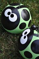 Bowling Ball BugsGardens Ideas, Bowls Ball Ideas, Ball Art, Gardens Art, Ball Bugs, Yards Art, Bugs Crafts, Bowling Ball, Ladybugs Bowls