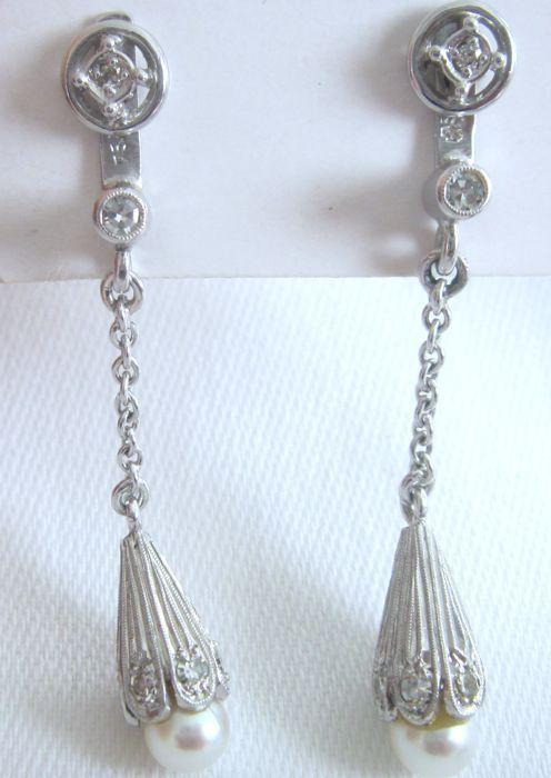 Hanger oorbellen met diamanten en parels gemaakt van 750 wit goud  Wordt aangeboden een paar van hoge kwaliteit mooiehanger oorbellen met diamanten en parels gemaakt van 750 wit goud.Diamond: 0.40 ct W/SIParel diameter: 5 mmLengte: 45 cmGewicht: 51 gramBekijk alle foto's.Er zijn twee delen; de stud oorbellen met diamanten zijn gemaakt van witgoud 585; u kunt ook dragen ze zonder de hangers of schakelen hen met andere oorbellen.De foto's zijn onderdeel van de beschrijving.Verzekerde met track…