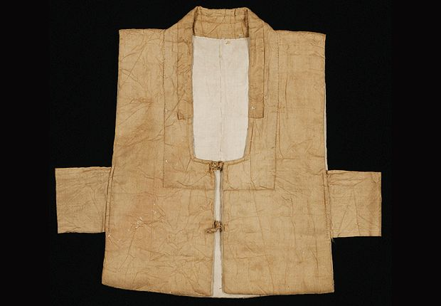 Baeja(Vest)    Excavated from the tomb of Yoon(1735~1754, originated in Papueong) in Yesan, Chuengcheongnam-do    The outer layer is in tabby silk, then cotton padding, the lining in cotton. The baeeja is adjusted with two set of knotted button(button and loop), The side of the front and rear panel are not sewn together but fastened with the sash attached underarm.