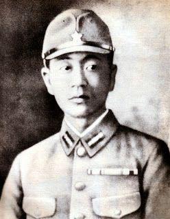 El soldado japonés Shoichi Yokoi fue encontrado en las selvas de Guam después de sobrevivir durante tres décadas creyendo que Japón seguía en guerra. Yokoi murió de un ataque cardíaco en sept. de 1997, con 82 años.Fue enterrado en un cementerio de Nagoya bajo la lápida que su madre había mandado hacer en 1955