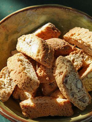 I Frankrig er jul naturligvis også lig med knas og søde sager. Ofte indgår nødder, tørret frugt og nougat det provencialske julebag. Prøv disse italiensk-inspirerede mandelkager til et dejligt glas gløgg.
