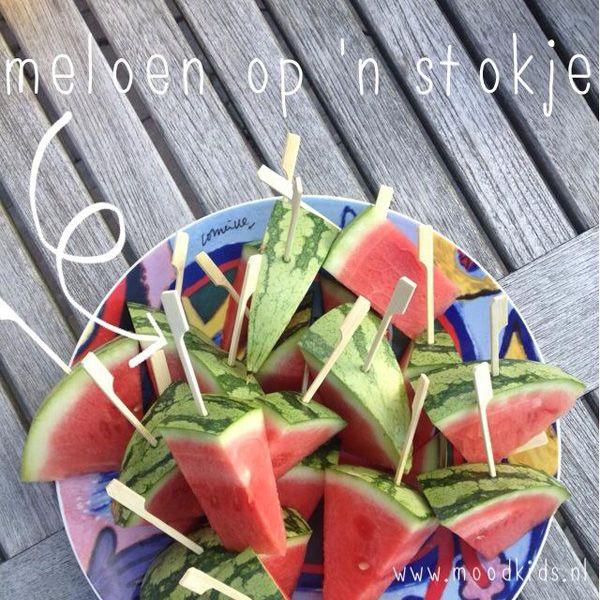 Oh jongens! Het beloofd warm te worden vandaag, tropisch zelfs. Wat extra verkoeling kunnen we dus wel gebruiken. Deze meloenijsjes (met deze naam verkoop je ze zelfs aan de slechtste fruit eter!) deelden we gisteren ook al op de MoodKids Facebook Page&