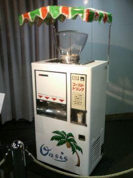 噴水ジュース自販機。デパートの最上階、屋上への出入り口には必ず置いてありました。覚えているのは (ほぼ水! ) のような微かに味のするパインジュース。そのせいかどうか、未だにジュースは薄い方が好きで、果汁100%なんてムリ〜!^^;