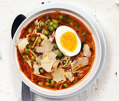 Brodo är italienska för buljong. I den mustiga buljongen får bitar av stekt kycklinglårfilé koka, bästa kycklingdetaljen till soppor som ska koka lite längre. Mjukkokta ägg gör soppan ännu matigare och som lyxig final toppas den med flagad parmesan.