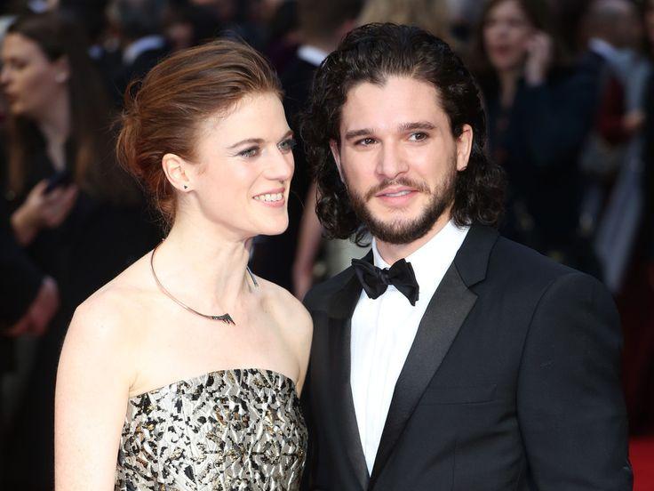 """Die """"Game of Thrones""""-Stars Kit Harington und Rose Leslie haben ihre Verlobung offiziell verkündet – mit einer Zeitungsanzeige. Nun ist es also offiziell: Die """"Game of Thrones""""-Stars Kit Harington (30) und Rose Leslie (30) haben sich verlobt. Um diese frohe Kunde..."""