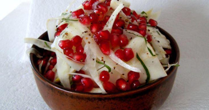 VEG. Krispigt fänkål med citrondressing, pinjekärnor och parmesan.  Även gott till stekt fisk! /Tove Nilsson