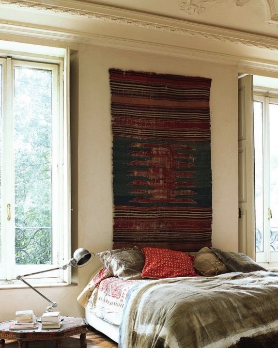 Il letto tra due finestre, un modo diverso di collocare e di vivere la camera.