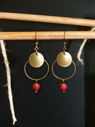 Boucles d'oreille ethniques créoles (diamètre 2 cm) montées sur des hameçons en métal de couleur bronze. Sequin (diamètre 1,2 cm) pour finir par une perle en verre mat bordea - 15769059