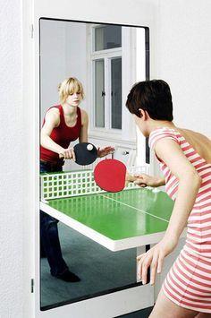 Una porta che diventa tavolo da ping pong