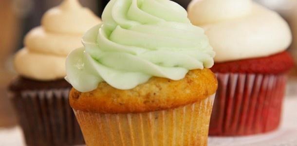 Cómo hacer Buttercream Frosting o Cobertura de buttercream-  El buttercream como su nombre en inglés indica es una crema elaborada a partir de mantequilla y azúcar en polvo. Tradicionalmente se suele emplear el doble de azúcar que de materia grasa, aunque poco a poco se han ido adaptando las recetas más a nuestros gustos tradicionales y normalmente no se le añade tal cantidad. Es por esta excesiva proporción de azúcar que el buttercream de mantequilla es la más dulce de todas las coberturas…