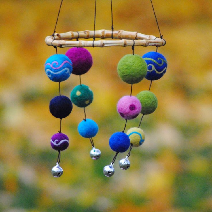 Kolotoč Malé mořské víly Hřejivý plstěný kolotoč je plný malých barevných planetek,pečlivě uplstěných jehlou. Planetky jsou krásně barevné,pečlivě sladěné. Na kolotoč jsou použité jasné barvy,rozzáří tak každé místečko,kde bude pověsený. Je zářivý, s barevnými vlnkami a možná je i slaný, nevím :-) Kolotoče jsou vyráběné pro miminka a pro rozvoj ...