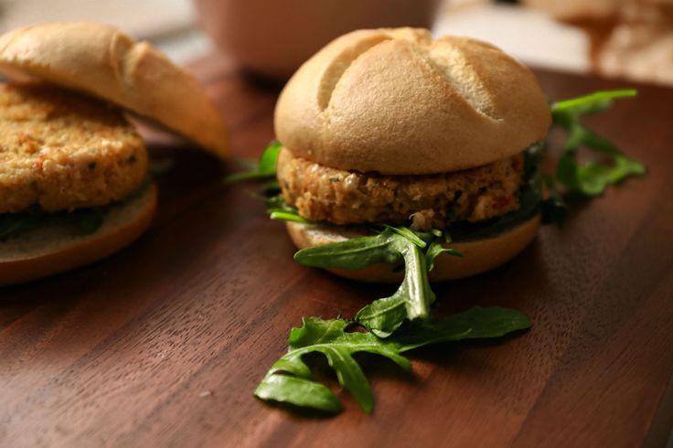 Κάνε ένα break από τον κιμά. Πάρε φασόλια και κινόα και φτιάξε ενα burger υγιεινό. Bonus; Είναι και super γευστικό.