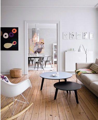 salon ouvert sur salle à manger, peinture murs blanche, parquet chene clair, canapé 3 places tissus beige, rocking-chair contemporain