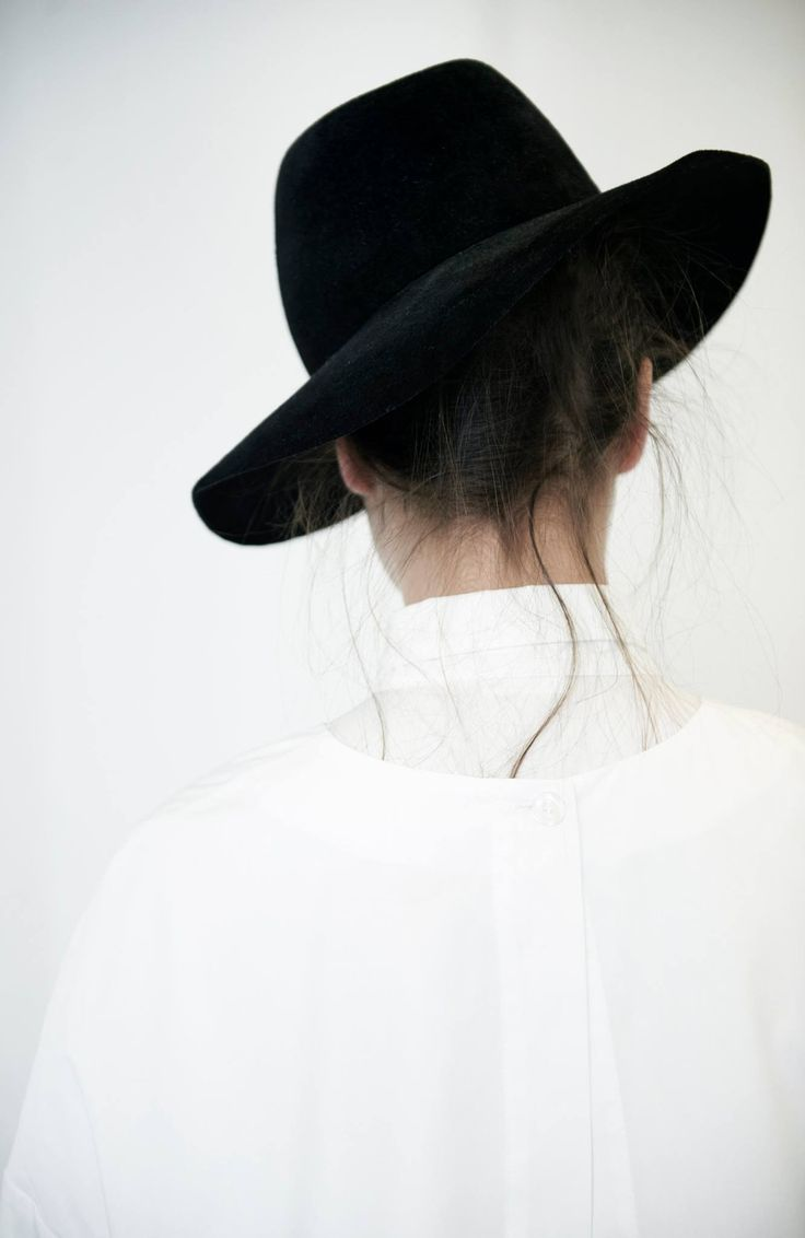 Super cool picture! Classic, minimal and stylish. I have this similar fedora: http://asos.do/rLdGif