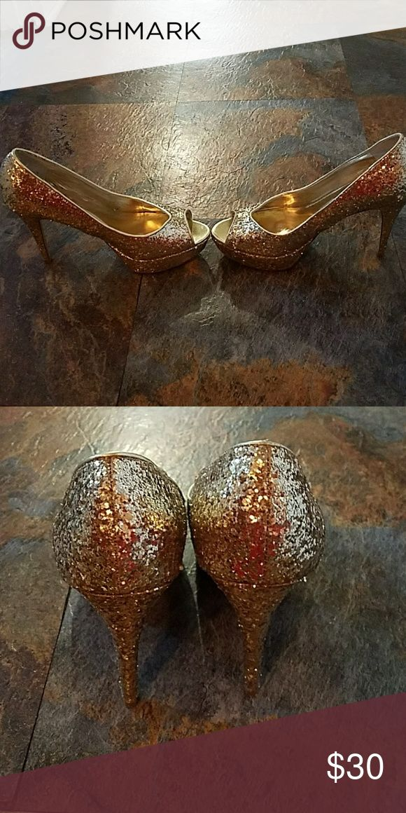 Gold glitter pump Have only been worn a few times. Excellent used condition. Comes with clear plastic shoe box. Guess Shoes Heels