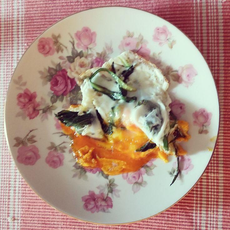 oggi nell'uovo ci metto il tarassaco e l'aglio selvatico appena raccolti