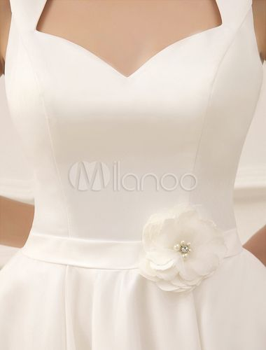 Vestido de novia con escote en corazón y flor