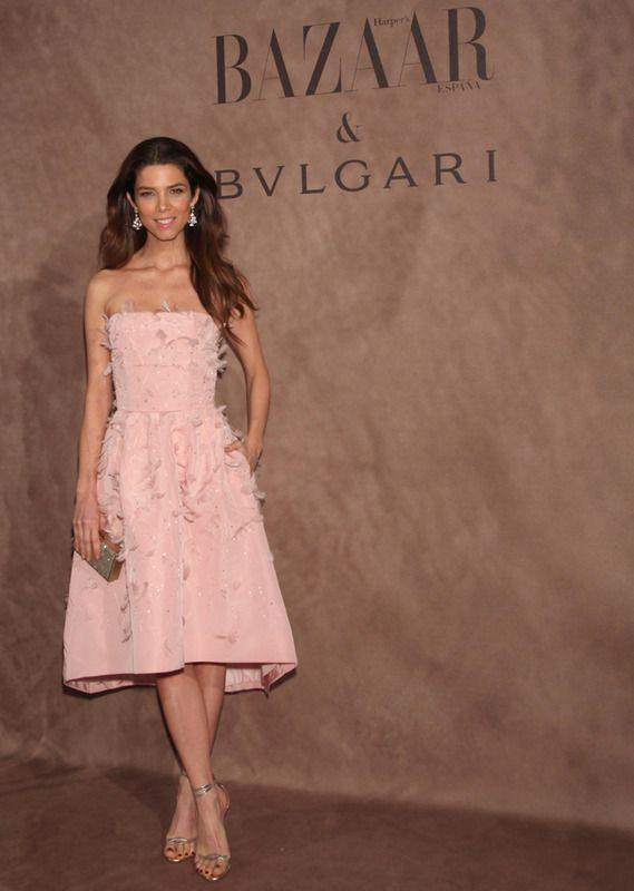 Juana Acosta con un delicado vestido con plumas en rosa bebé de Oscar de la Renta, pendientes Bulgari y sandalias plateadas de Aquazzura.