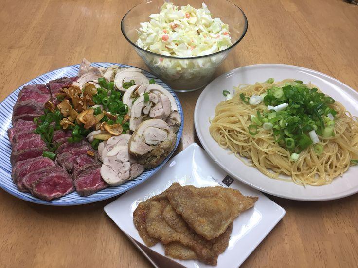 牛ミスジのたたきと鶏ハム、コールスローサラダ、鶏皮パリパリ焼きと鶏油の細パスタ