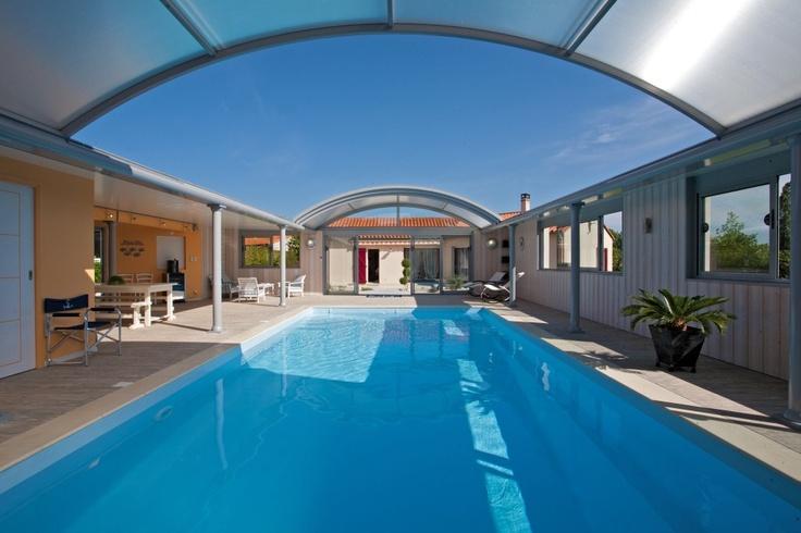 Abris de piscine Up design traditionnel avec espace repas.