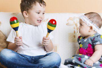 Attraverso il gioco i bambini diventano grandi, apprendono sviluppando la loro intelligenza. Attraverso il gioco i genitori tornano bambini e riscoprono i piccoli valori della vita quotidiana attraverso i loro figli
