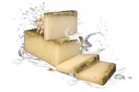 Tej és zab szappan - Ez a szappan alkalmas mindazok számára, akik különös gondot szentelnek bőrüknek. Tejet, shea vajat, E-vitamint, zabot, mákot tartalmaz, melyek összessége egy gazdag vitaminkoktél a bőrnek, lágy bőrápoló., ©Refantázia