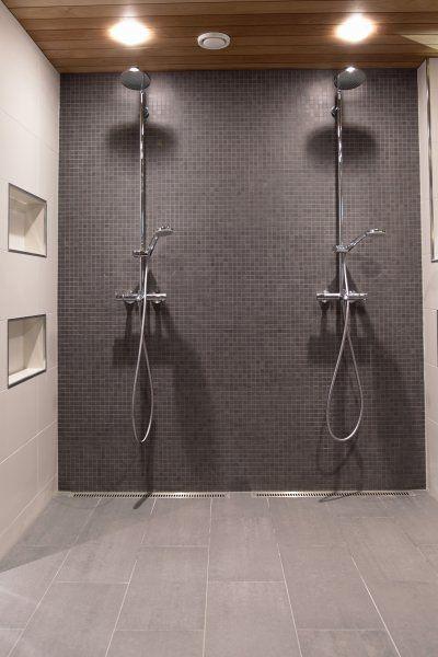Integroidut hyllyt suihkukoneen seinälle?